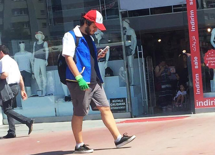 guy-playing-pokemon-go-dressed-like-ash-cosplay